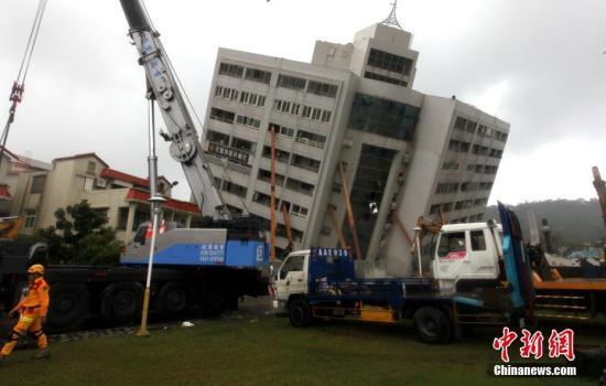 2月7日,台湾花莲震灾受损最严重的云门翠堤大楼。中新社记者 黄少华 摄