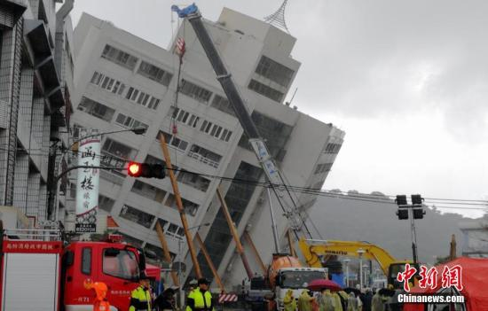 2月7日,台湾花莲发生强烈地震后,搜救工作在倾倒的云门翠堤大楼现场持续展开。中新社记者 肖开霖 摄