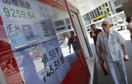 ▲资料图片:市民经过台湾证券交易所。