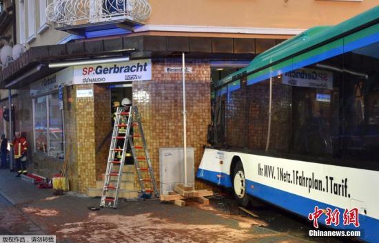 据外媒报道,当地时间1月16日,德国南部城镇埃伯巴赫一辆校车撞上一家商店,造成数十人受伤。