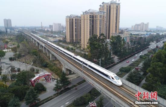 资料图:高铁穿过城区。 中新社记者 刘忠俊 摄