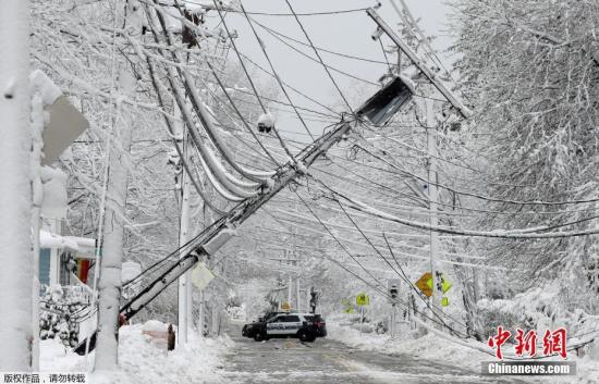 当地时间3月8日,美国马萨诸塞州电线杆因降雪导致倾倒。