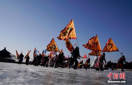 资料图:北京颐和园昆明湖冰场上演清代皇家冰嬉。 中新社记者 杜洋 摄