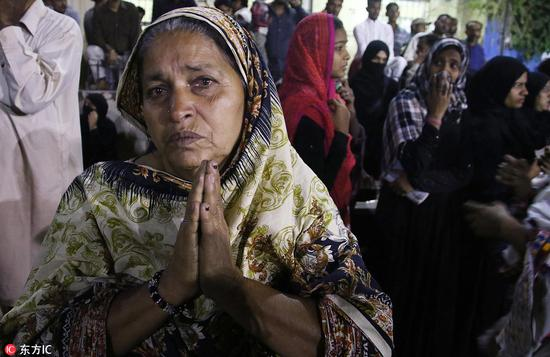 一位巴基斯坦女性哀悼她在恐怖袭击中丧生的亲属(东方IC图)