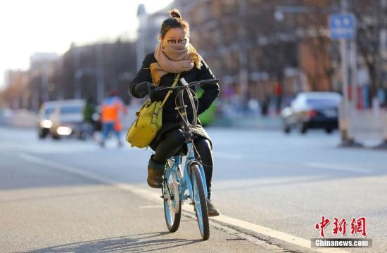 资料图:北京民众在低温寒风中出行。中新社记者 杨可佳 摄