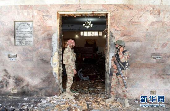 2017年12月17日,士兵在巴基斯坦奎达的受袭教堂外执勤。巴基斯坦西南部俾路支省首府奎达一座教堂17日遭袭,现场发生爆炸和激烈交火,已有至少8人死亡(新华网 图)