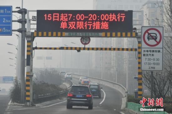 资料图:1月15日,河北石家庄遭遇严重雾霾天气。中新社记者 翟羽佳 摄