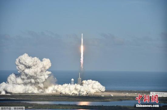 """当地时间2月6日,太空探索公司SpaceX试射的""""猎鹰重型""""火箭发射升空。"""