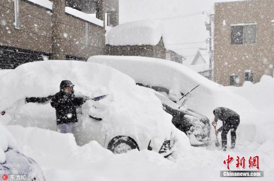当地时间2月6日,日本福井县遭遇创纪录的罕见暴雪袭击。暴雪在12小时内,让当地的积雪迅速增加47厘米,目前积雪已经达到1.36米,与往年同期均值相比整整高了6倍,是这37年以来最大的降雪。图片来源:东方IC 版权作品 请勿转载