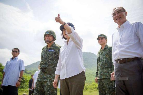 图为台湾地区领导人蔡英文视察台空军资料图
