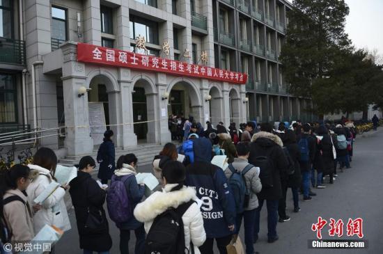 资料图:全国硕士研究生考试开考前,考生进入考场。 刘彤 摄 图片来源:视觉中国