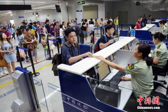 资料图:台胞乘直航航班抵达大陆。 中新社发 刘可耕 摄