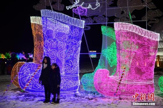 内蒙古呼和浩特首届呼和塔拉冰雪旅游文化节开幕,冰雕、雪雕、LED花灯纷纷亮相。中新社记者 刘文华 摄