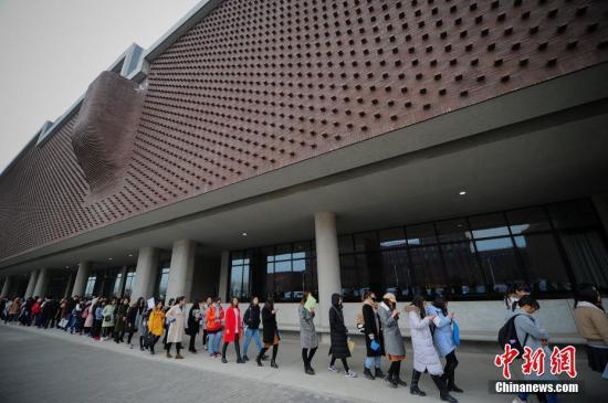 资料图:大学生参加应聘会。中新社记者 佟郁 摄