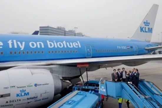 ▲资料图片:3月8日,在荷兰阿姆斯特丹,荷兰前首相出席荷兰皇家航空公司启动的阿姆斯特丹飞纽约生物燃料航班首航仪式。