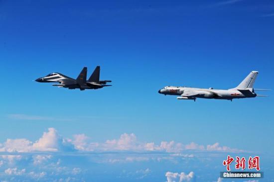 资料图:中国空军轰-6k、苏-30战机赴西太平洋训练。中新社发 邵晶 摄