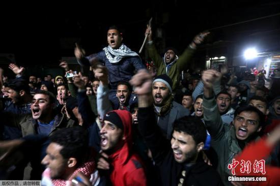 资料图:愤怒的巴勒斯坦民众在加沙南部的Khan Younis地区发起抗议。