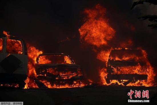 美国加利福尼亚州的邦斯尔市,停放在路边的汽车烧成空壳。