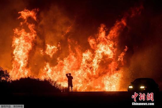资料图:美国加州山火持续。