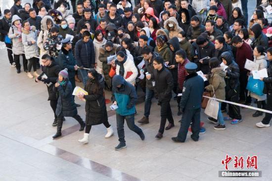 12月10日,山西太原一公务员考点,考生排队准备进入科场。 中新社记者 武俊杰 摄