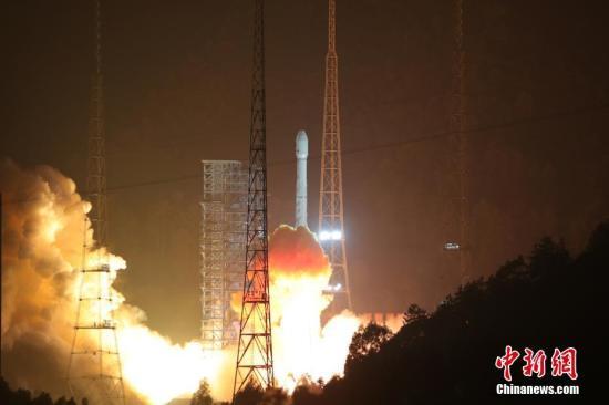 资料图:2017年12月11日0时40分,中国在西昌卫星发射中心用长征三号乙运载火箭,成功将阿尔及利亚一号通信卫星发射升空。这是长征系列运载火箭的第258次飞行。 中新社发 王玉磊 摄