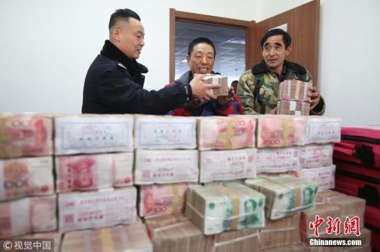 资料图:农民工工资领取欠薪。陆瑶 摄 图片来源:视觉中国