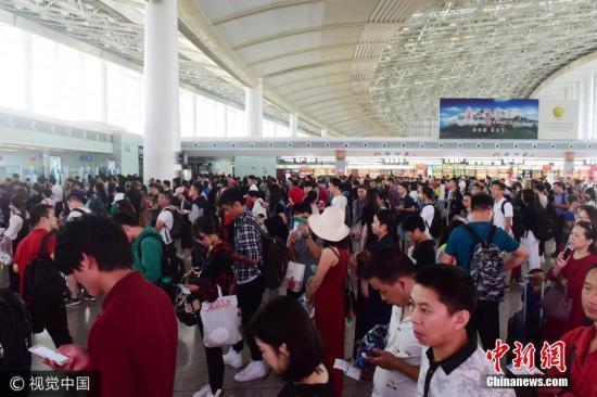 材料图:游客在机场候机。 蒙钟德 摄 图片起源:视觉中国