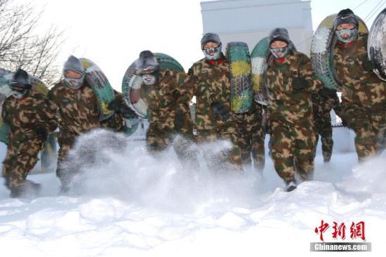 资料图:新兵雪地抱轮胎奔跑。 王友波 摄