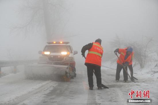 材料图:警方发展闪灯巡查跟保险提示。 严晓冬 摄
