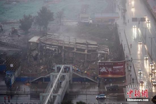 资料图:太原闹市违建烂尾十余年被爆破拆除。中新社记者 韦亮 摄建设行为的,严肃追究责任。