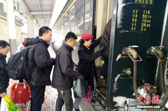资料图:列车员在帮助旅客上下车。中新社发 俞方平 摄 图片来源:CNSPHOTO