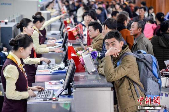 2月1日,2018年春运正式拉开序幕,海南海口美兰国际机场客流量较往日明显增加。洪坚鹏 摄