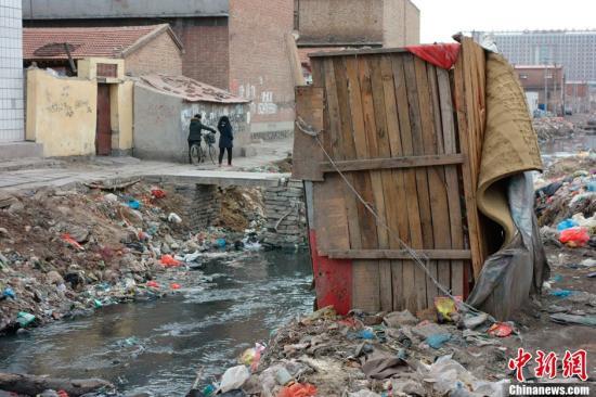 资料图:村民搭建的简易厕所。刘文华 摄
