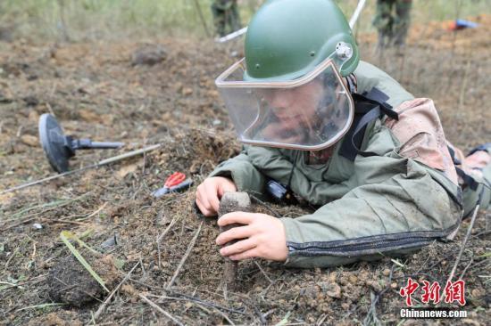 资料图:扫雷官兵正在作业。 中新社记者 张峻森 摄