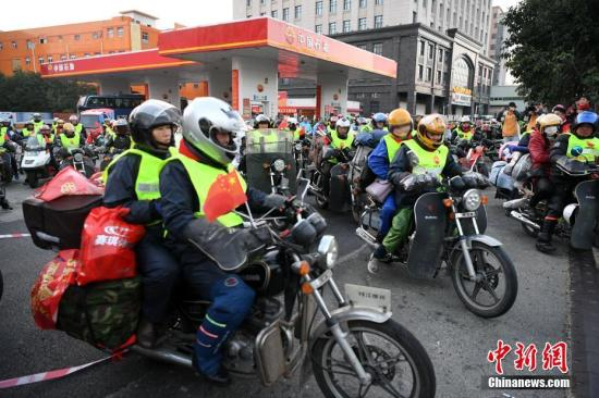 资料图:2月6日清晨,数百辆外来务工者集体骑摩托车从sunbet申博官网石油福建晋江荆山加油站一起出发返乡过年,成为春运的一道别样风景线。 王东明 摄