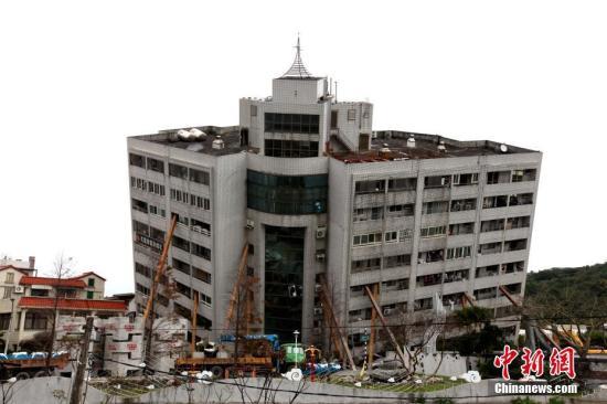 """2月9日是台湾花莲地震救援""""黄金72小时""""的最后一天,搜救力量集中在仍然有失联人员的云门翠堤大楼。 中新社记者 黄少华 摄"""