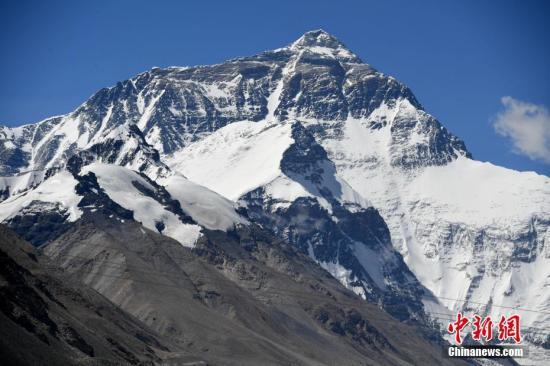 资料图:初夏的珠峰 。张浪 摄