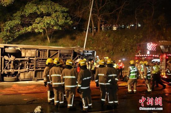 据香港媒体2月10日报道,一辆双层巴士当日在香港新界一条公路上失事侧翻,已造成19人死亡,数十人受伤。中新社记者 麦尚旻 谢光磊 摄