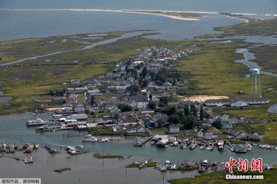 资料图:2017年10月24日,丹吉尔岛位于美国马里兰州切萨皮克湾的一块草地上。由于海平面的不断升高,科学家们发现在过去的几十年里,该岛已经饱受海洋的侵蚀,民众应该放弃继续在岛上生存。