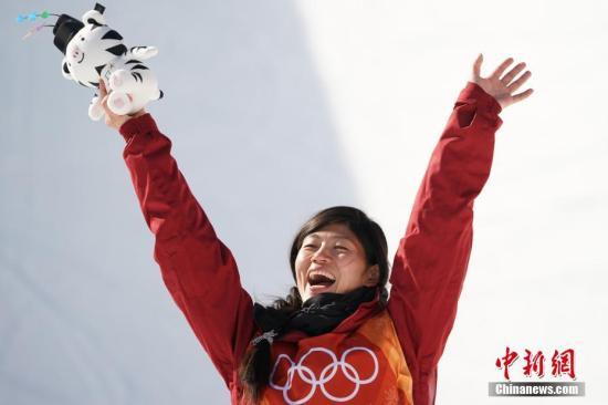 当地时间2月13日上午,平昌冬奥会单板滑雪女子U型池决赛结束全部争夺,中国选手刘佳宇以89.75分获得亚军。中新社记者 崔楠 摄