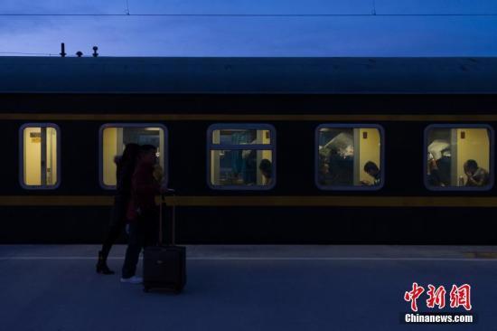 资料图:青藏铁路乘客。 中新社记者 何蓬磊 摄