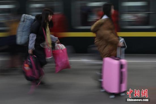 大批旅客在南京火车站乘坐火车出行。中新社记者 泱波 摄
