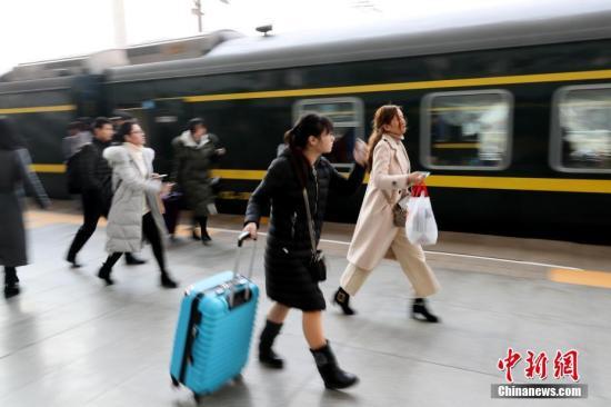 2月14日,正值春运高峰,旅客在站台上脚步匆匆。 中新社记者 王中举 摄