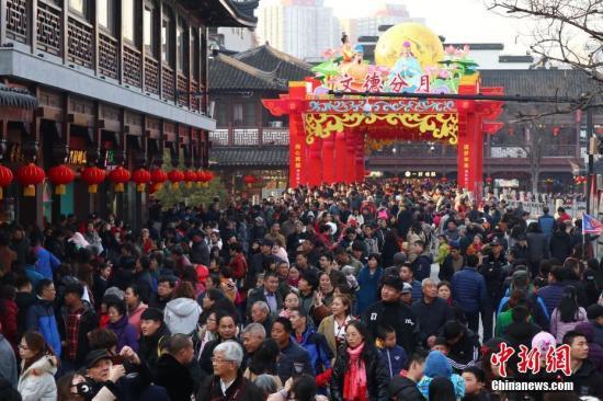 旅游过年成中国春