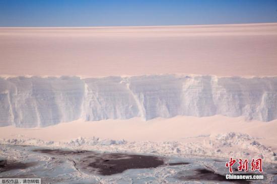 資料圖:英國南極考察處發佈2017年11月22日拍攝的拉森C冰架。
