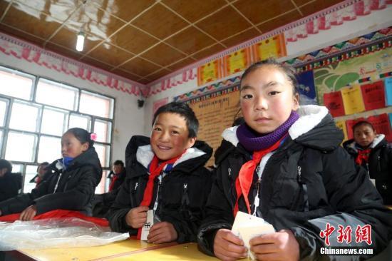 资料图:图为穿上新衣的青海省马可河乡寄宿制小学学生。中新社发 罗云鹏 摄