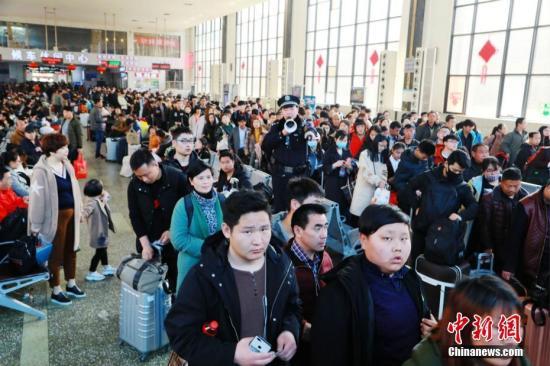 3月3日,正月十六,郑州火车站迎来节后返程客流高峰。 周延民 摄