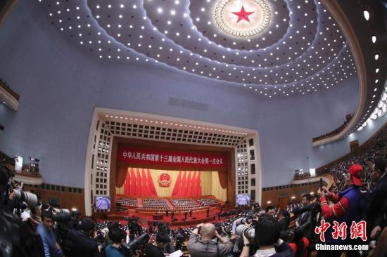 3月5日,十三届天下人年夜一次集会在北京国民年夜礼堂揭幕。 中新社记者 盛佳鹏 摄
