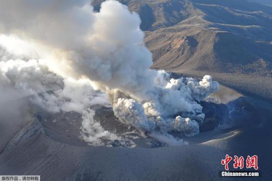 日本新燃岳火山爆发性喷发 中领馆吁加强避险意识