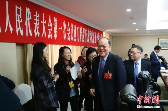 3月10日,十三届全国人大一次会议澳门特别行政区代表团在北京举行全体会议。全国人大代表、澳门特区立法会主席贺一诚和全国人大代表,澳门特区立法会议员、澳门科学技术协进会理事长崔世平(前右一)出席会议。 中新社记者 韩海丹 摄